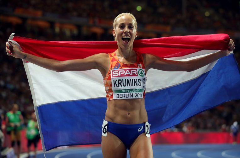 Susan Krumins nadat ze tweede is geworden op de 10,000 meter tijdens de Europese kampioenschappen atletiek in Augustus.  Beeld Getty Images