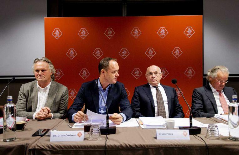 Bert van Oostveen tijdens bonsdvergadering van KNVB Beeld anp