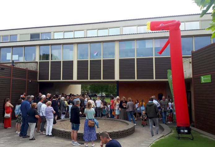 Onthullen kunstwerk bij 10-jarig jubileum van basisschool De Wending. Foto Alfred de Bruin