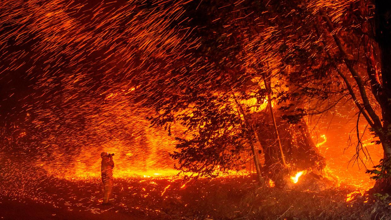 Een brandstorm in de buurt van Geyserville.  Beeld AFP