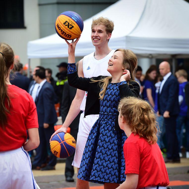 Prinses Ariane speelt een potje basketbal. Beeld Marcel van den Bergh / de Volkskrant