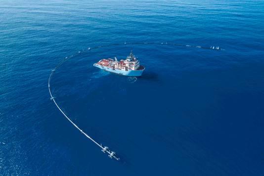 De rookworstvormige armen van The Ocean Cleanup.