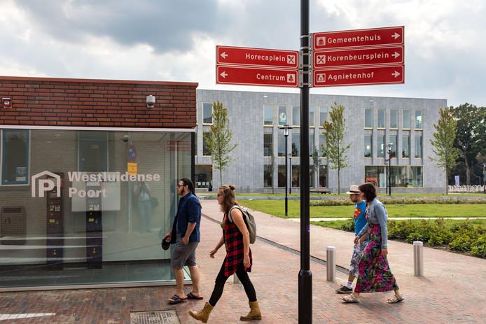 Nieuwe verwijsborden bij de Westluidense Poort in Tiel.