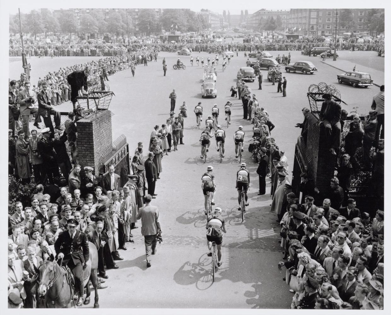 Tourstart bij  het Olympisch Stadion in 1954. Beeld Ben van Meerendonk / AHF