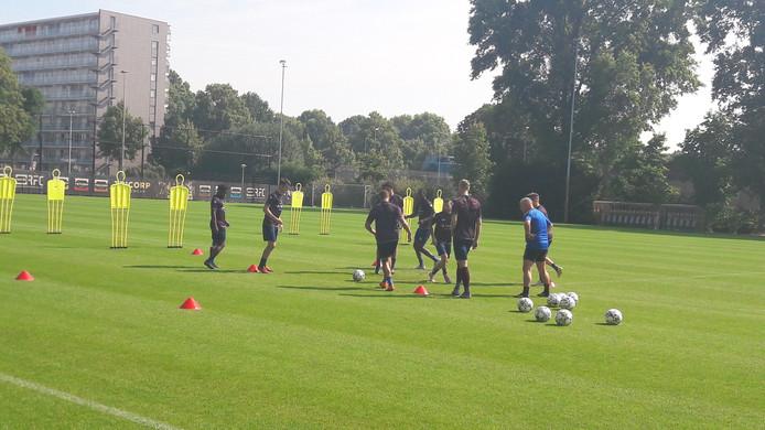 Het groepje spelers dat met de bal trainde bij Willem II onder leiding van Gery Vink.