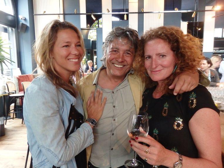 Twee concurrerende rosés aan de bar: Georgy Bedier de Prairie (AIX rosé) en Fleur de Groot (Fleur rosé). Naast hen schrijver Kim Lenders (l). Beeld Schuim