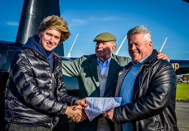 Jonge helikopterpiloot Thibaut Cauwels, burgemeester Lippens en examinator Danny Croon.