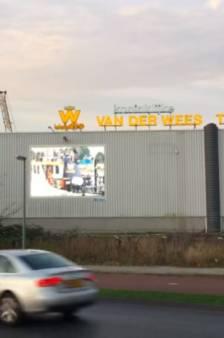Gemeente dreigt met dwangsom voor illegale reclame op led-scherm A16, maar gebruikte het scherm zelf ook