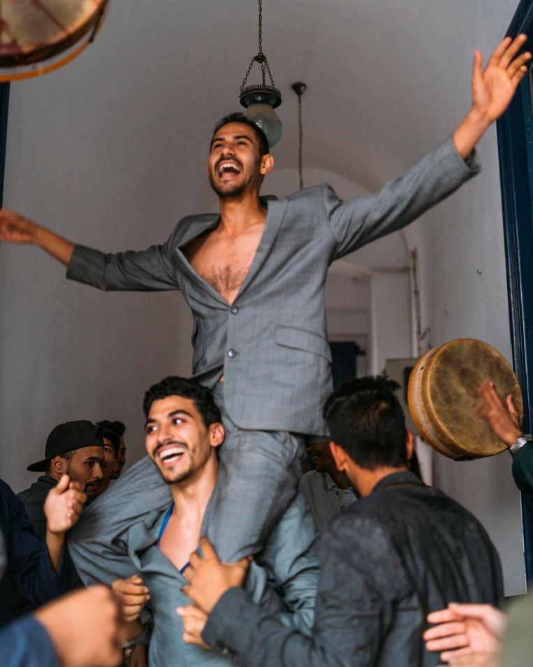 Choreograaf Serge-Aimé Coulibaly laat in iMedine leden van rivaliserende gangs uit de medina van Tunis met elkaar dansen.  Beeld Rebecca Fertinel