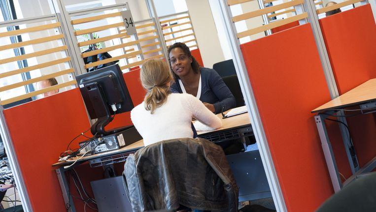 Een werkzoekende in gesprek met werkcoach van UWV Werkplein Beeld anp