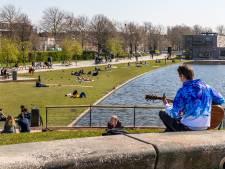 Utrecht geniet van de zon en houdt keurig afstand van elkaar, Jan van Zanen 'is trots op jong en oud'