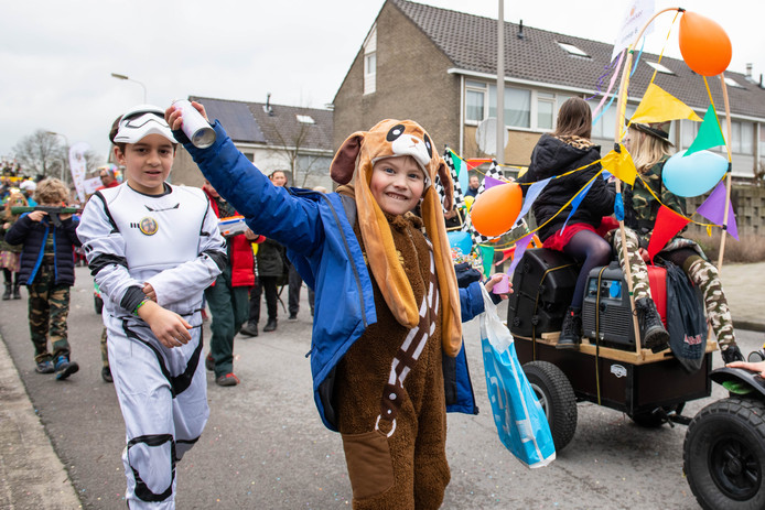Op de Thij in Oldenzaal werd vrijdag al de jaarlijkse optocht gehouden.