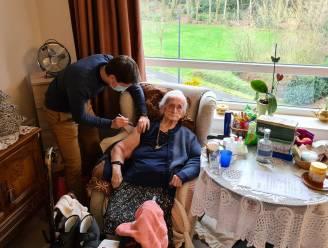 Louisa ontvangt eerste coronavaccin in woonzorgcentrum Avondrust