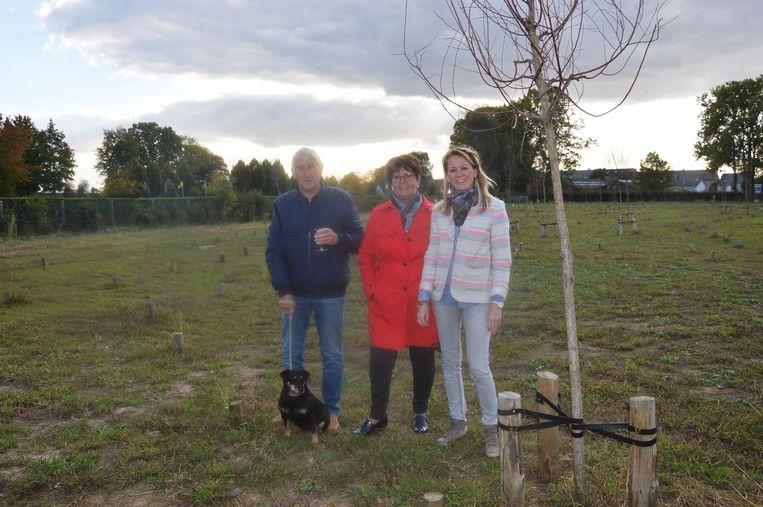 Schepen Katie Coppens (Samen/sp.a, rechts op de foto) met dierenliefhebbers Willy Keymeulen en Nelly De Smet tijdens de inhuldiging van de dierenbegraafplaats in Ninove.