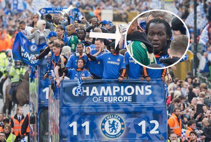 Romelu Lukaku op de open bus van Chelsea.