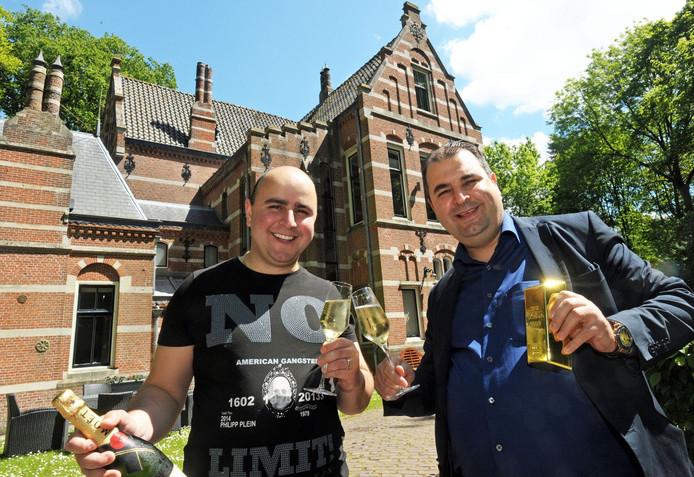 Salar Azimi met zijn broer Sasan voor hun kasteel in Aardenburg, Zeeuws-Vlaanderen. ,,Wij zijn weldoeners.''