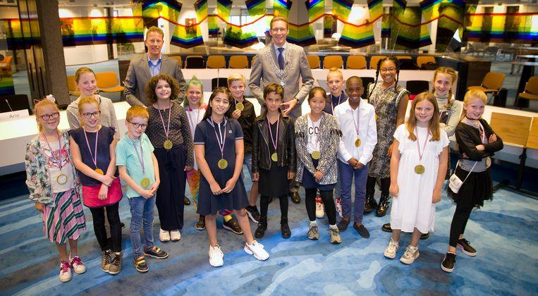De kinderraad van Amstelveen, met kinderburgemeester Elina in de blauwe jurk vooraan. Beeld Gemeente Amstelveen