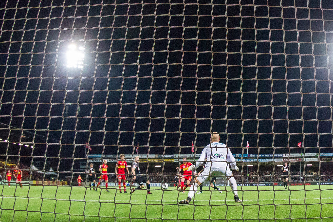 Thomas Verheydt (m) scoort de 3-0 voor GA Eagles tegen FC Volendam. Keeper Jordi van Stappershoef is kansloos.