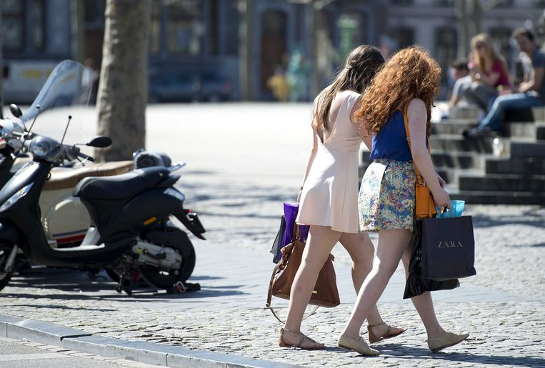 Bezoekers van het Vrijthof in Maastricht wandelen in de zon. Beeld ANP
