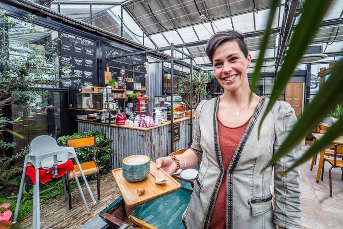 Volgens Manon van Adrichem-Eekhout van Koffie bij de Buren is het maken van koffie meer dan op een knopje drukken.