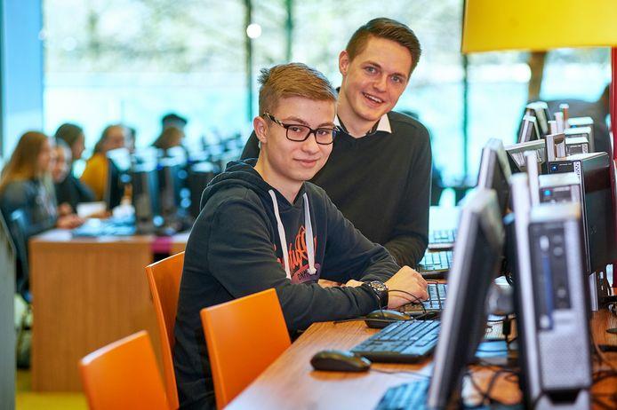 Luc de Wit doet mee aan de landelijke Bever-finale (informaticawedstrijd). Op de foto met docent Marc Craenen op het Zwijsencollege in Veghel.