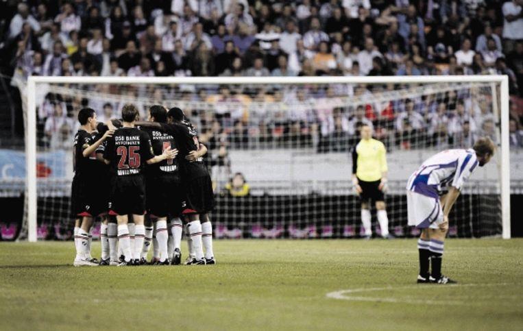 De spelers van AZ vieren hun vierde doelpunt, van aanvaller Lens. (FOTO VINCENT JANNINK, ANP) Beeld ANP