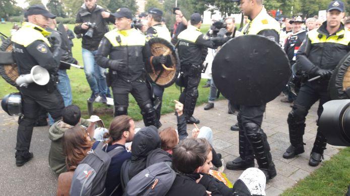 AFA-aanhangers frustreren de demonstratie van Pegida in Enschede.