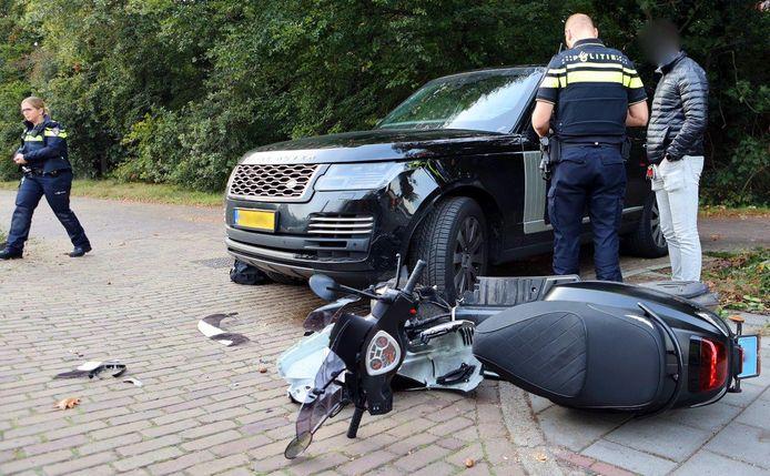 Auto van Justitie botst tegen scooter in Vught.
