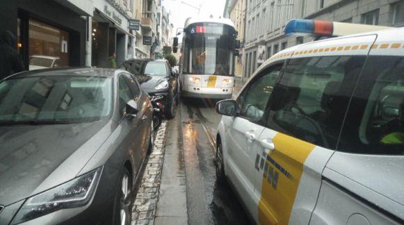 Een te vaak voorkomend probleem in de Nederkouter. De Reizigersbond wil dat de parkeerplaatsen verdwijnen