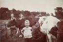 Evert de Niet in 1944 als jongetje op de boerderij in Dale bij Aalten. Boerin Hanna Duenk is aan het melken. Op de achtergrond twee andere Scheveningse geëvacueerde meisjes die bij hetzelfde gezin woonden.