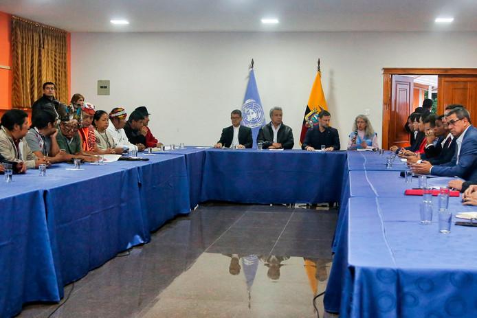 De Ecuadoraanse president Lenín Moreno (midden) tijdens het gesprek met de inheemse leiders, geflankeerd door aartsbisschop Luis Gerardo Cabrera Herrera (midden-links) en VN-vertegenwoordiger Arnaud Perald (midden-rechts).