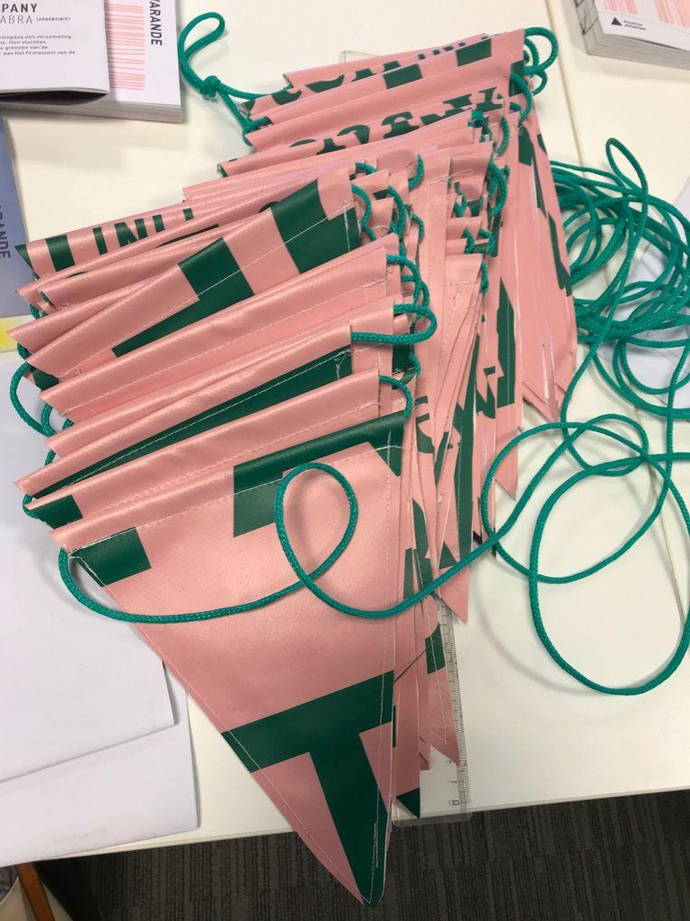 Een slinger van vlaggetjes die 't Huizeken maakte voor het openingsfeest van de Warande