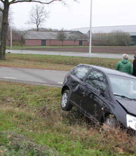 Gewonden bij botsing in Markelo, auto belandt in sloot