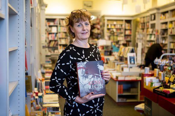 Yvonne Steinberger van boekhandel De Reyghere met het boek 'Kunst van het Recht'.
