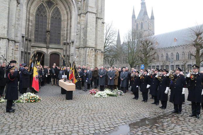 Buiten aan de Sint-Maartenskathedraal kreeg Antoon Verschoot een laatste eerbetoon.