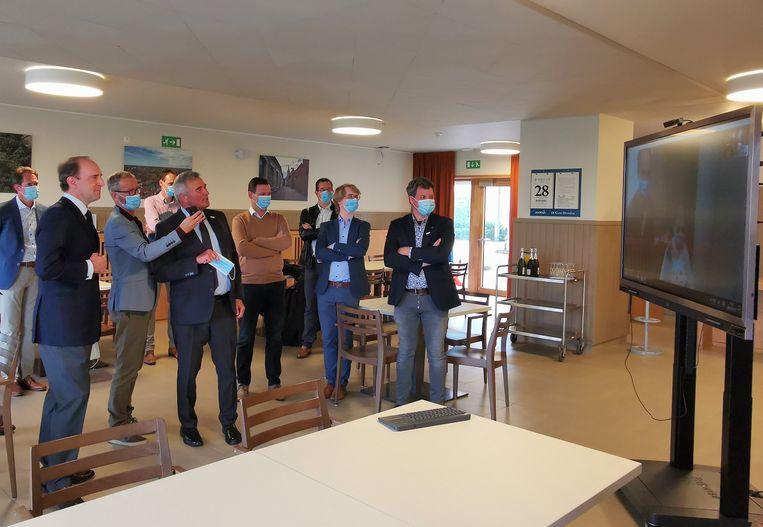 Baron Jean de Cloedt en burgemeester Hendrik Verkest testen een van de smartboards