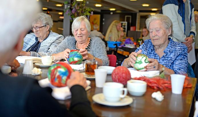 Ouderen van De Molenkamp druk in de weer tijdens de textielworkshop van Suze Sleiderink.