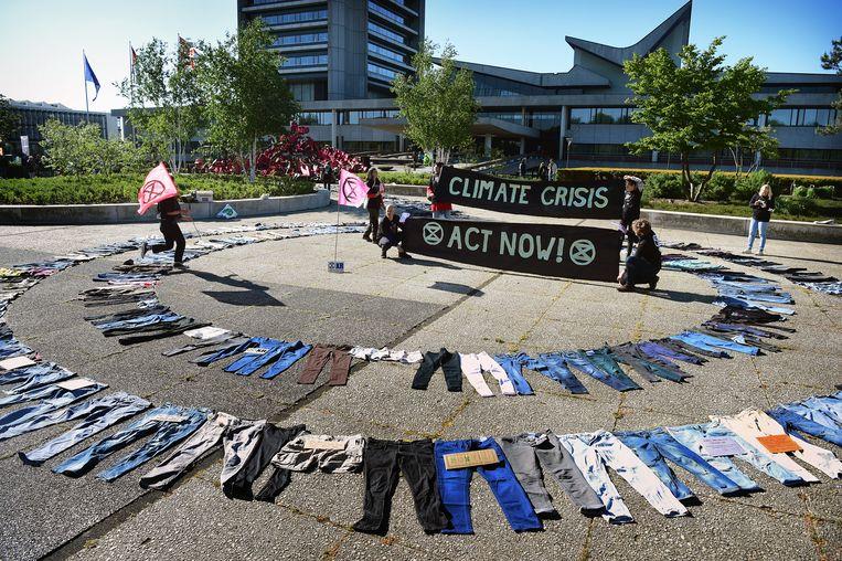Milieuverenigingen protesteren tegen het vergeten van de klimaatdoelstellingen. Dit onder het motto 'daar zakt mijn broek vanaf'.  Beeld Marcel van den Bergh