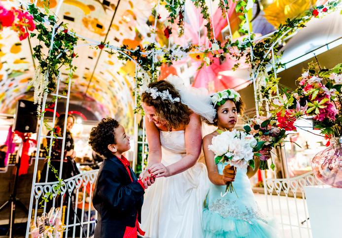8986a35a838a05 Charissa trouwde vorig jaar met haar zoontje Kaddy in de Markthal. Haar  dochter Modou was