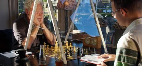 Met uitklapbaar spatscherm kan zomeravond-schaken in Terwolde gewoon doorgaan