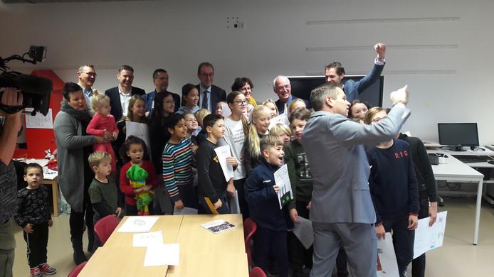 Provinciaal bestuurder Jo-Annes de Bat maakt sefle bij presentatie programma 'Samen aan de slag voor een beter en sterker Zeeuws-Vlaanderen' in de Sasse basisschool De Statie, begin december vorig jaar.