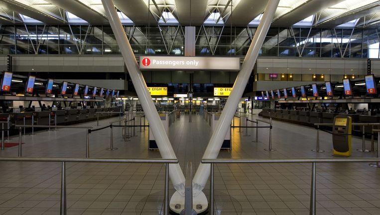 De vertrekhal op Schiphol is nog steeds leeg wegens aanhoudende problemen met de aswolk uit IJsland. Foto ANP Beeld