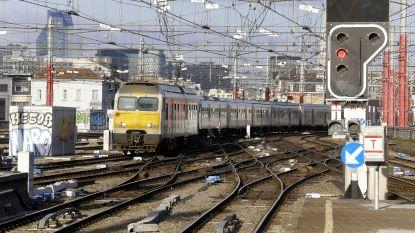 Spoorlopers leggen half uur treinverkeer plat op Noord-Zuidas: pak vertragingen
