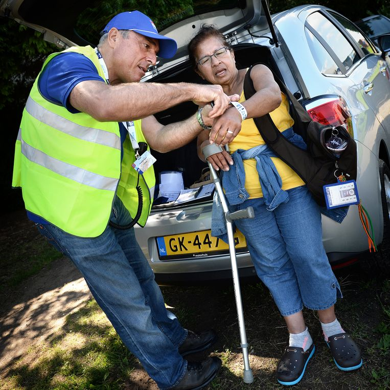 Een deelnemer aan de Nijmeegse Vierdaagse wordt gediskwalificeerd omdat ze met een kruk loopt. Beeld Marcel van den Bergh / de Volkskrant