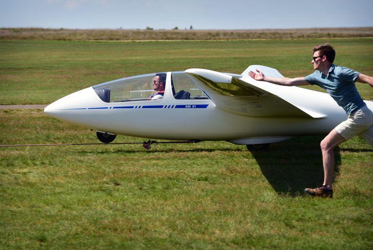 Een zweefvliegtuig stijgt op aan een lier.  Beeld Marcel van den Bergh / De Volkskrant