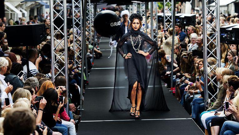 Een model showt designkleding in de PC Hooftstraat die is omgetoverd tot een lange catwalk tijdens de vijfde editie van het fashionevenement Grazia PC Catwalk. Archieffoto. Beeld ANP