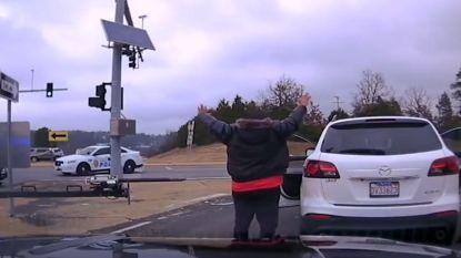 VIDEO. Amerikaanse politie achtervolgt man die schoten lost en kind probeert te ontvoeren na ruzie
