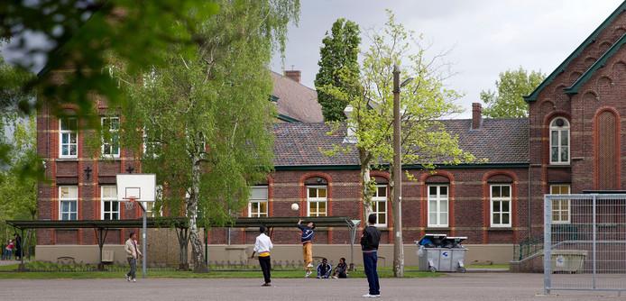 Het asielzoekerscentrum aan de Hoofdstraat in Budel-Dorplein.