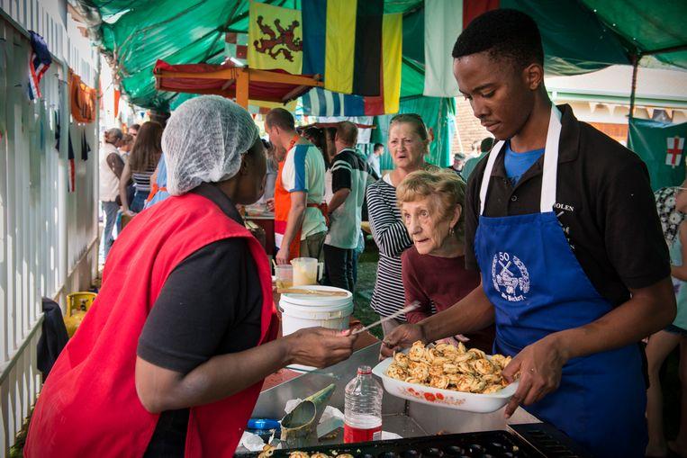 De Nederlandse bakker van De Backery in Johannesburg staat op de Oranjemarkt met poffertjes. Beeld Bram Lammers