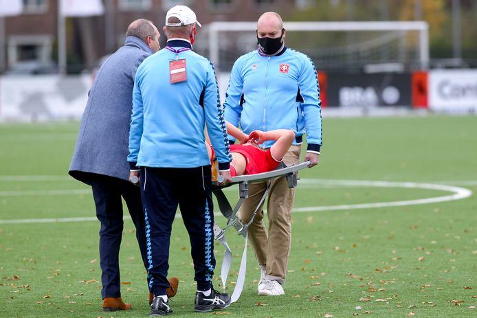 Elena Dhont verlaat per brancard het veld. De speelster van FC Twente is voor onderzoek overgebracht naar het ziekenhuis.
